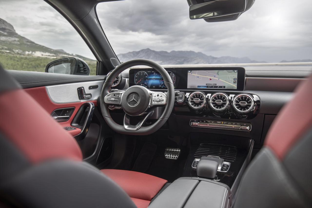 Auch wenn vieles hier am Bild aufpreispflichtig ist – in Sachen Haptik, Design und Connectivity setzt Mercedes mit der A-Klasse Maß- stäbe im Kompakt-Segment.
