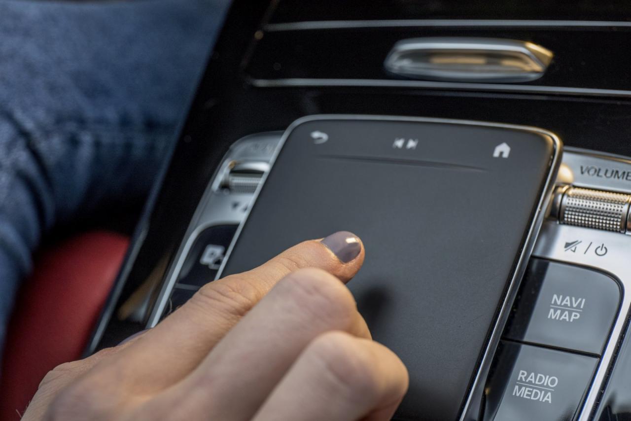 Praktisch: Am serienmäßigen Touchpad kann man nicht nur Zahlen und Buchstaben eingeben, sondern auch wischen & zoomen wie bei einem Smartphone.
