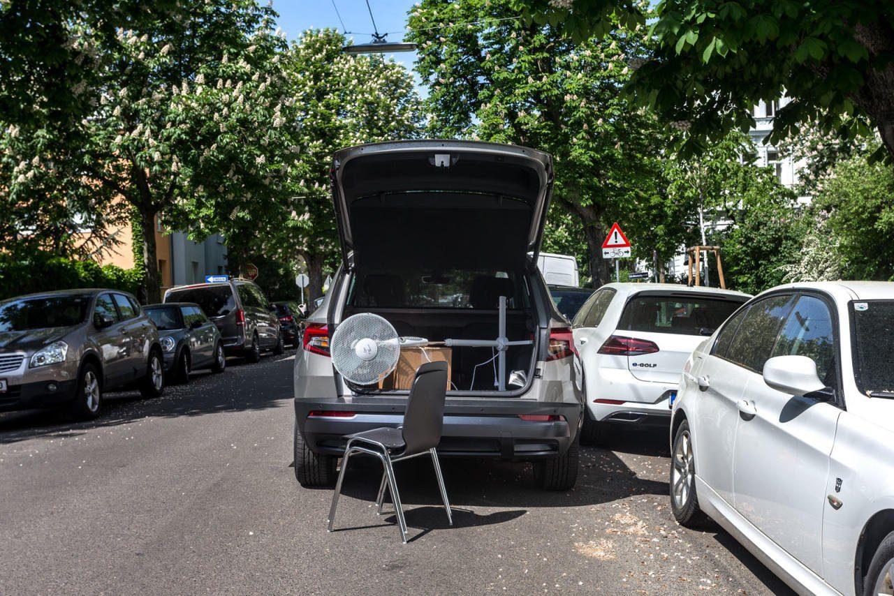 Parken in zweiter Spur kann teuer werden – wenn Folgekosten aufgrund von Verkehrsbehinderungen auftreten.