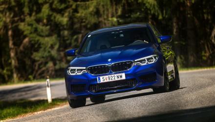 Blaue Sau, wenn man will: Der BMW M5 kann kreuz- brav an der Leine geführt werden, muss es aber  nicht. Fast jeder denkbare Charakter ist auf Knopf- druck definierbar.
