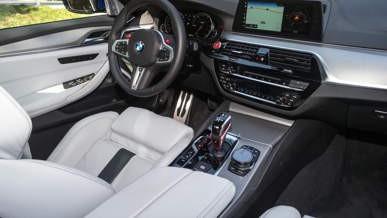Direktzugriff: Für die beiden roten Tasten am Volant lässt sich eine frei wählbare Konfiguration von Motormanagement, Lenkung, Getriebe und Antrieb definieren und direkt abrufen.