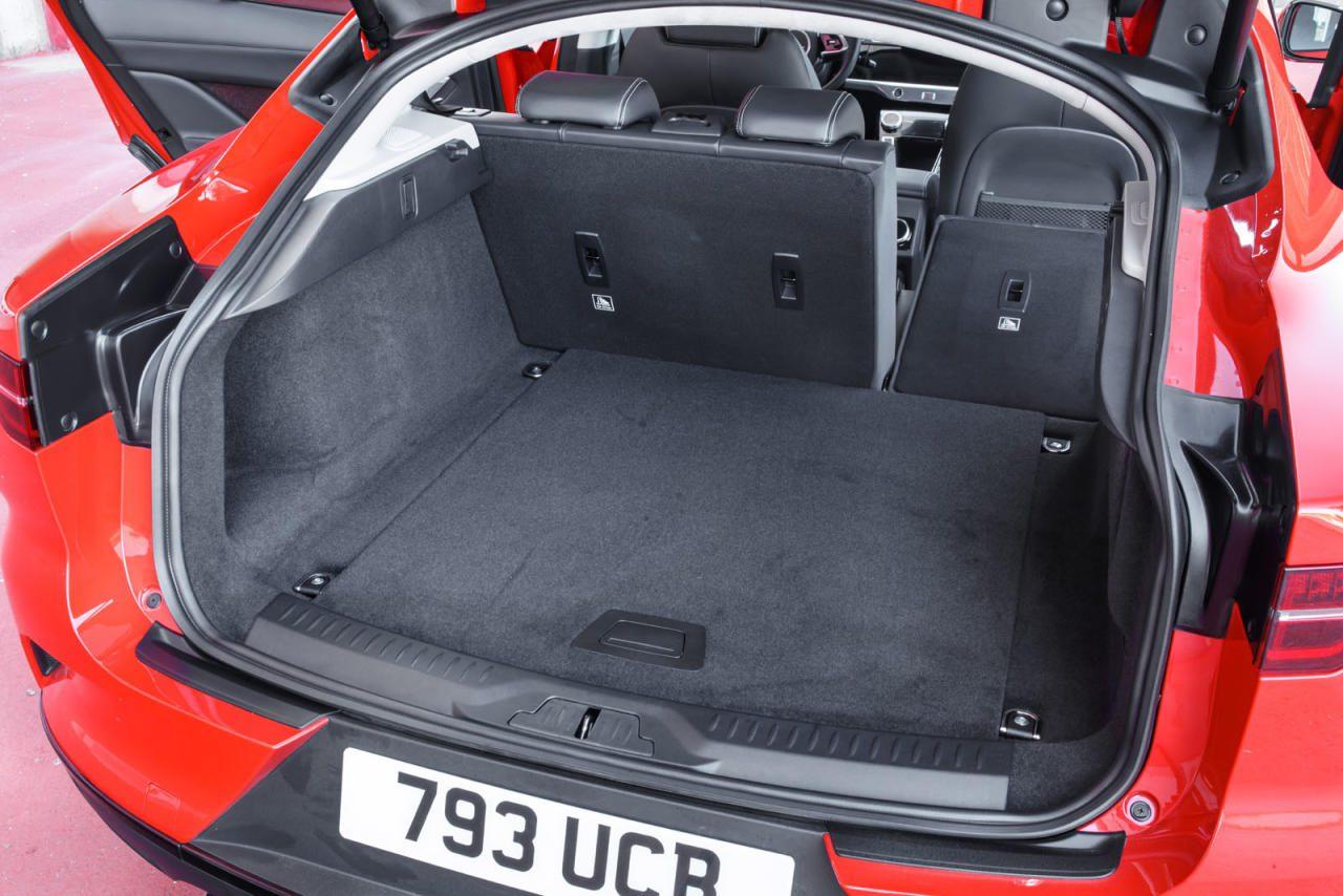 Raumwunder: Bis zu 1453 Liter Kofferrum bei umgelegter Rücksitzbank traut man dem I-Pace von außen nicht zu.