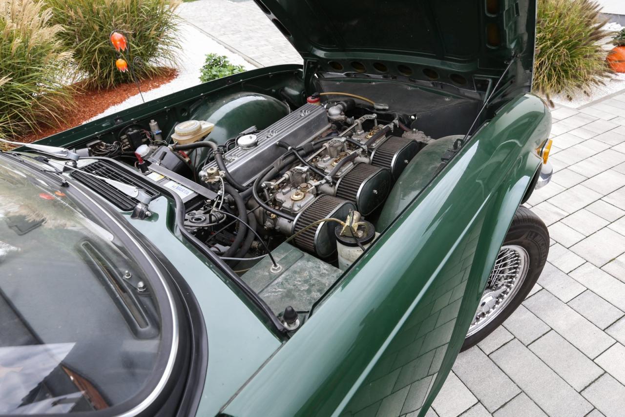 Straight Six: Motor und zugleich Denkmal einer Ära. Dieser hier versorgt sich ausnahmsweise über Doppelver-gaser von Weber mit Brennstoff – normalerweise erledigt das eine mechanische Einspritzanlage.