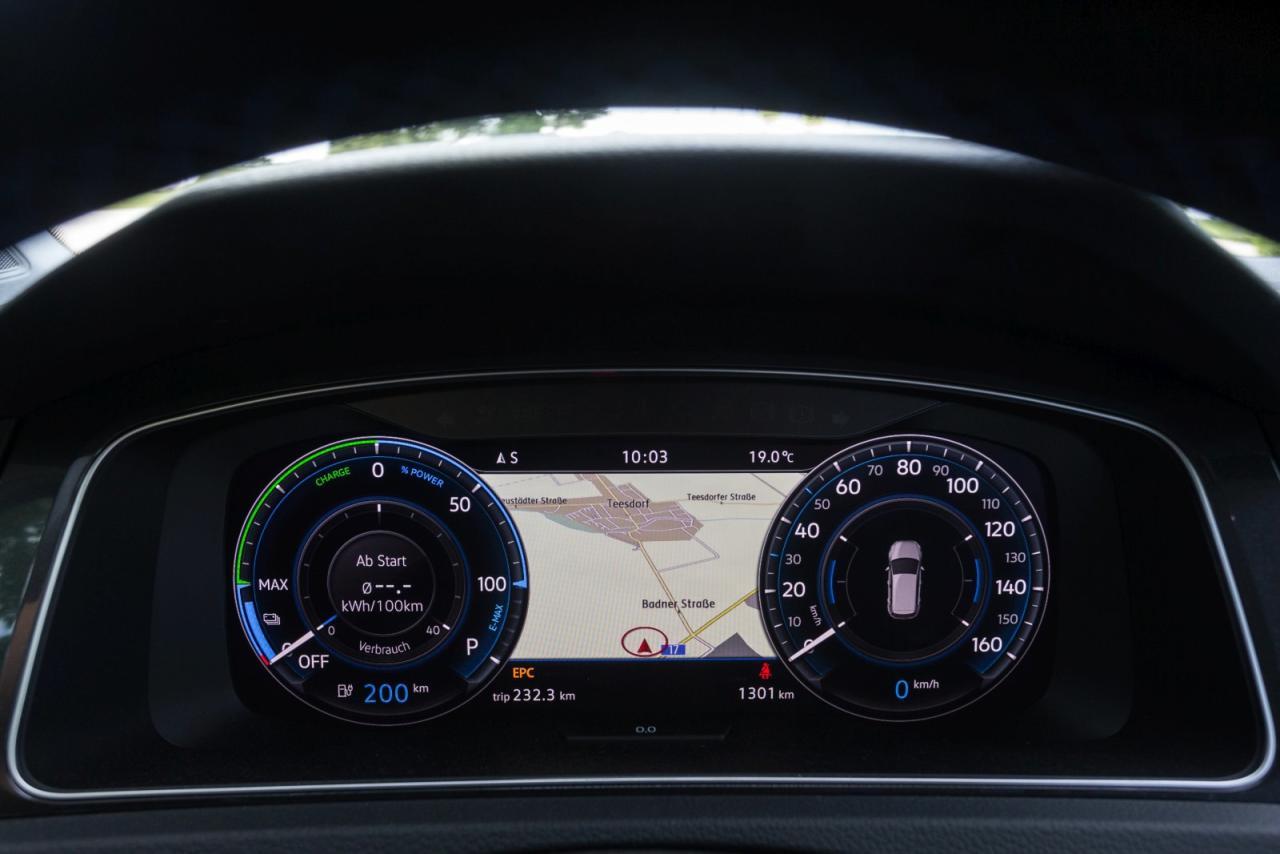 Volldigitalisierte Armaturen (Bild o.) plus Top-Navi im aufgeräumten und fein verarbeiteten Innenraum des VW e-Golf.