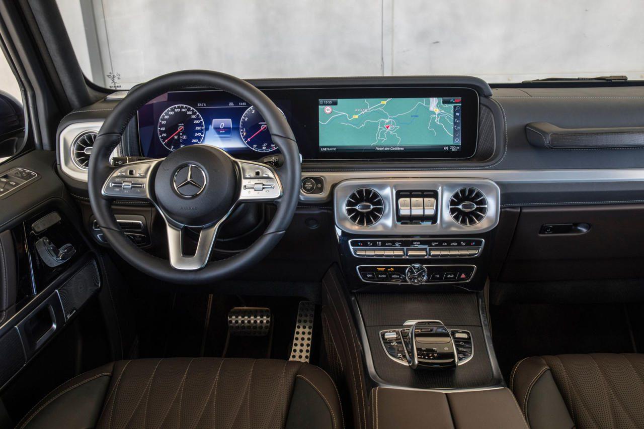 Wiedererkennungs-Faktor auch innen, aber mit mehr Platz, Technik und Luxus: Serienmäßig ist der G nach wie vor mit zwei analogen Rundinstrumenten ausgestattet, das Widescreen-Cockpit ist optional.