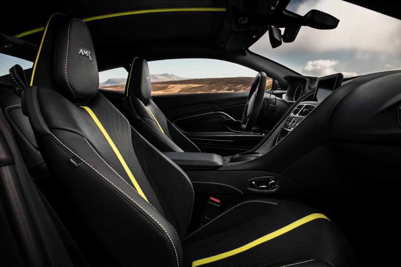 Schwarz ist das neue Chrom: Das AMR-Cockpit gibt sich farblich betont gedeckt ohne deswegen düster zu wirken. Die gelben Elemente sind eine Option, kombinierbar auch mit braunem Interieur – was tatsächlich besser aussieht, als es klingt.