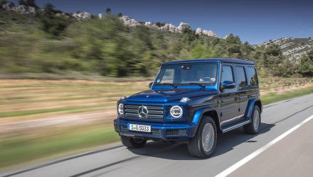 Mercedes-Benz G 500 brillantblau metallic, designo Leder Nappa espressobraun/schwarz. Kraftstoffverbrauch kombiniert: 11,5 l/100 km; CO2-Emissionen kombiniert: 263 g/km // Mercedes-Benz G 500, brilliant blue metallic, designo nappa leather espresso brown/black. Fuel consumption combined: 11.5 l/100 km; Combined CO2 emissions: 263 g/km.