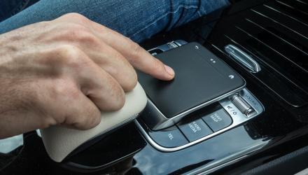 er an der rechten sowie das Touchpad auf der Mittelkonsole regelt die Funktionen des Infotainmentsystems.