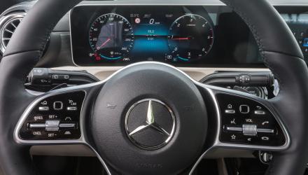 Der Knopf an der linken Lenkradspeiche dient zur Konfiguration des digitalen Cockpits ...