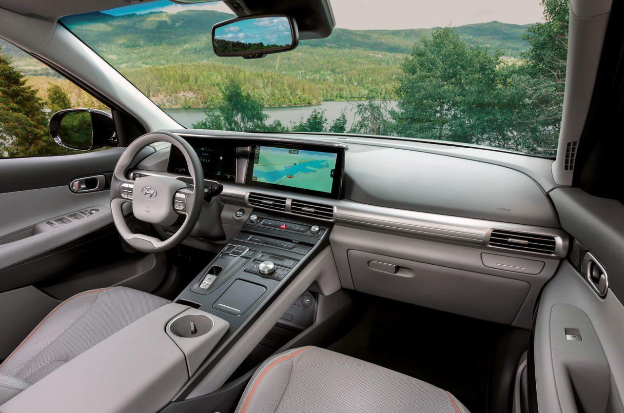 Das Cockpit wird es auch in gedeckteren Farben geben. Im großen LCD-Display vor dem Fahrer wird beim Blinken das Bild einer Toter-Winkel-Kamera angezeigt – ebenfalls eine Premiere in einem Serienfahrzeug.