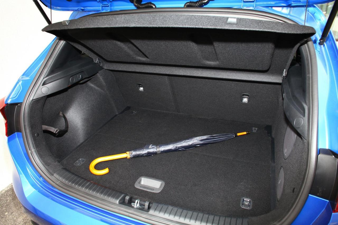 Der Kofferraum wuchs zwar nur um 15 Liter, seine enorme Breite macht ihn aber gut nutzbar.