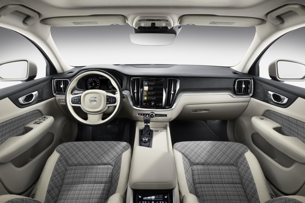 Innen bekannter Volvo-Look der Neuzeit samt hoch- formatigem 9 Zoll-Touchscreen, auffallend geschmackvoll ist selbst der Basis-Bezugsstoff.