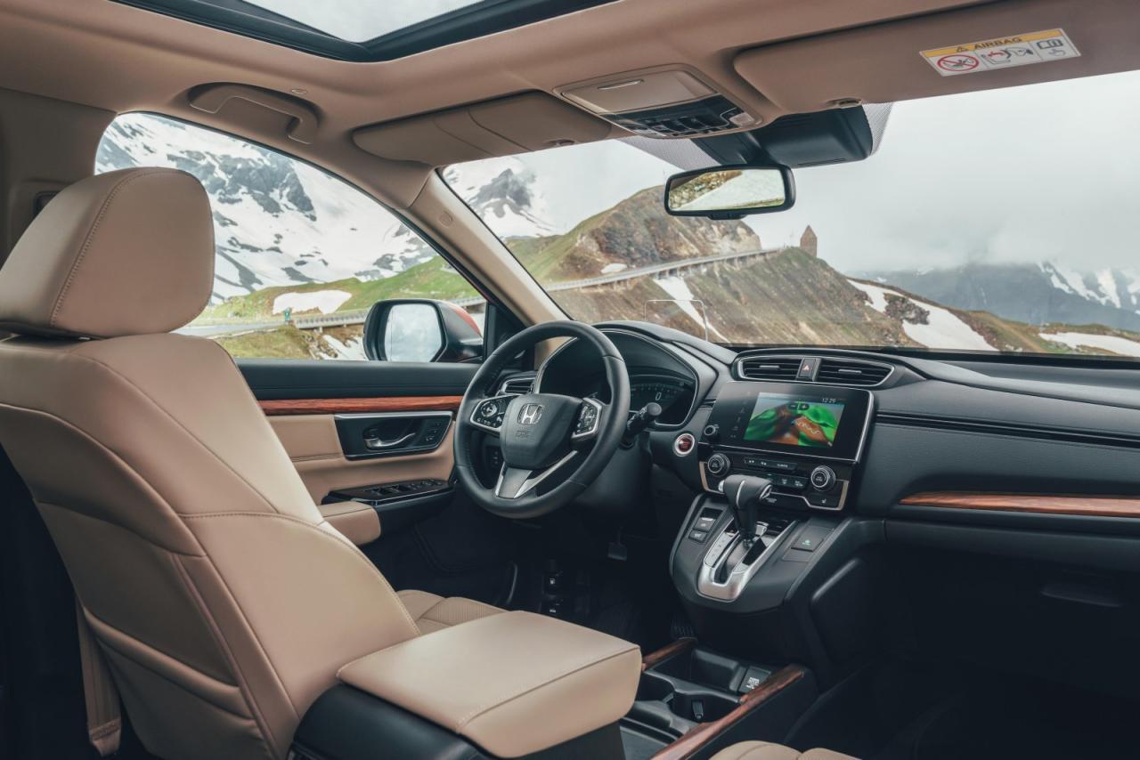 Headup-Display, intuitiv zu bedienendes Infotainmentsystem, bequemes Gestühl, wertige Mate- rialien und reichlich praktische Ablagen – im CR-V Cockpit lässt es sich sehr gut aushalten.
