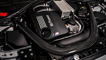 Das Festhalten am Reihensechszylinder  ist eine der Kulturleistungen, die BMW sich auf die blau-weißen Fahnen heften darf. Im M2 ist er wahlweise mit Sechsgang-Handschaltung  oder Siebengang-Doppelkupplungsgetriebe zu kombinieren.