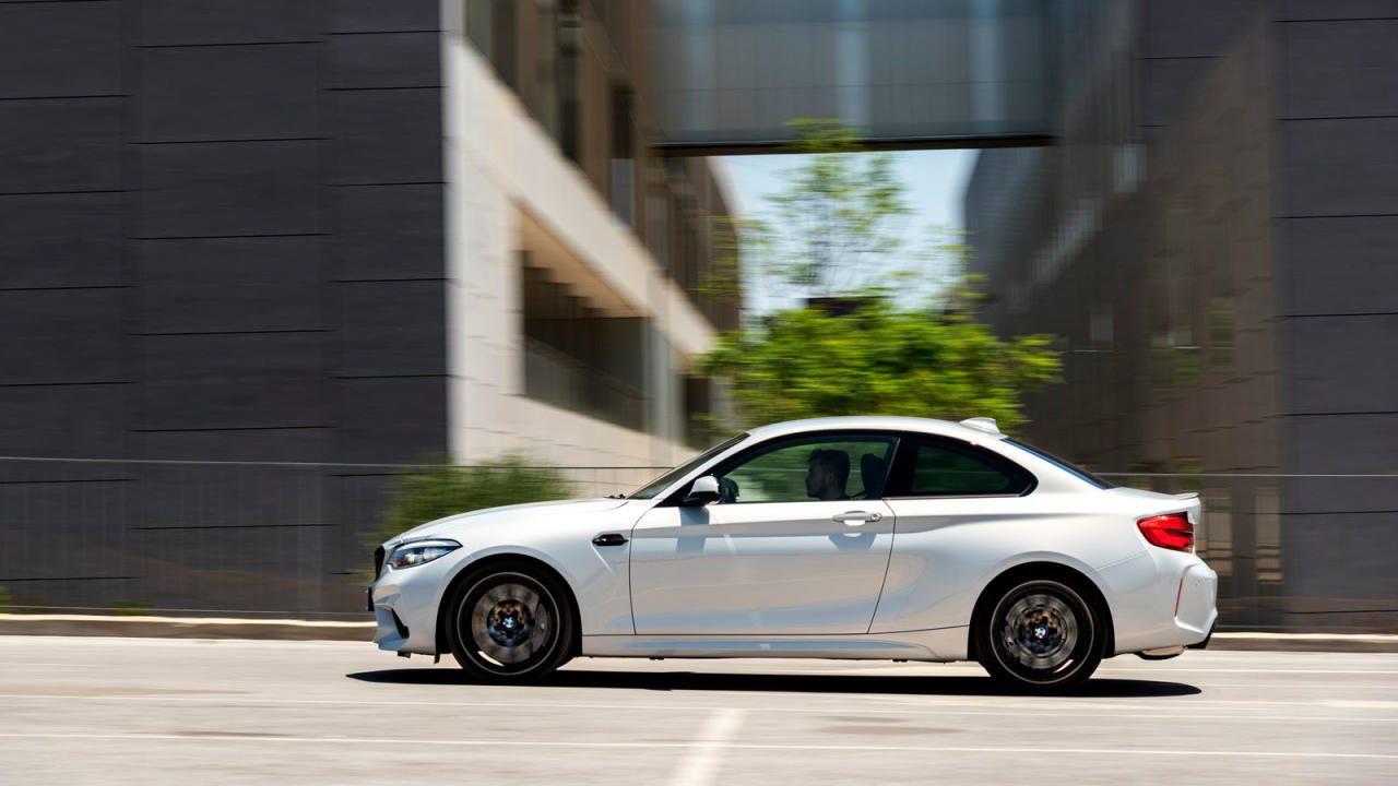 Erlebte Fahrdynamik ist die Hauptdisziplin des M2 Competition. Man kann in anderen Autos gleich flott unterwegs sein und weniger Arbeit damit haben. Aber warum sollte man das wollen?