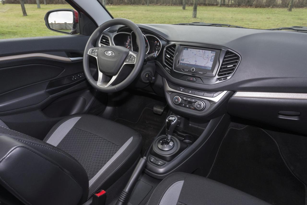 Vesta-Cockpit: sympathisches Design, vernünftige Ergonomie und ein paar bekannte Renault-Schalter. Klarerweise regiert kostengünstiges Hartplastik.