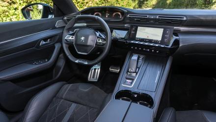 Hauseigene  Ergonomie samt  i-Cockpit kom- biniert mit an- spruchsvollen  Materialien und wohnlicher Atmos- phäre.