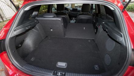 Beide Kofferräume sind gut zugänglich und schön quaderförmig, jener des Kia ...