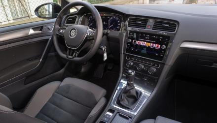 Klassenlos elegant, gediegen verarbeitet und hervorragend übersichtlich: das Cockpit des VW Golf.