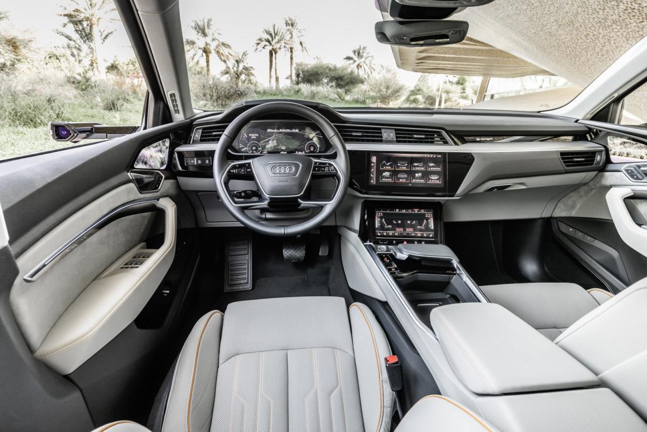 Modern, aber weitgehend identisch mit der letzten Generation Premium-Optionen von Audi: Das ergonomisch einwandfreie Cockpit mit dualer Digital-Konsole plus virtuellem Instrumenten-Cluster.
