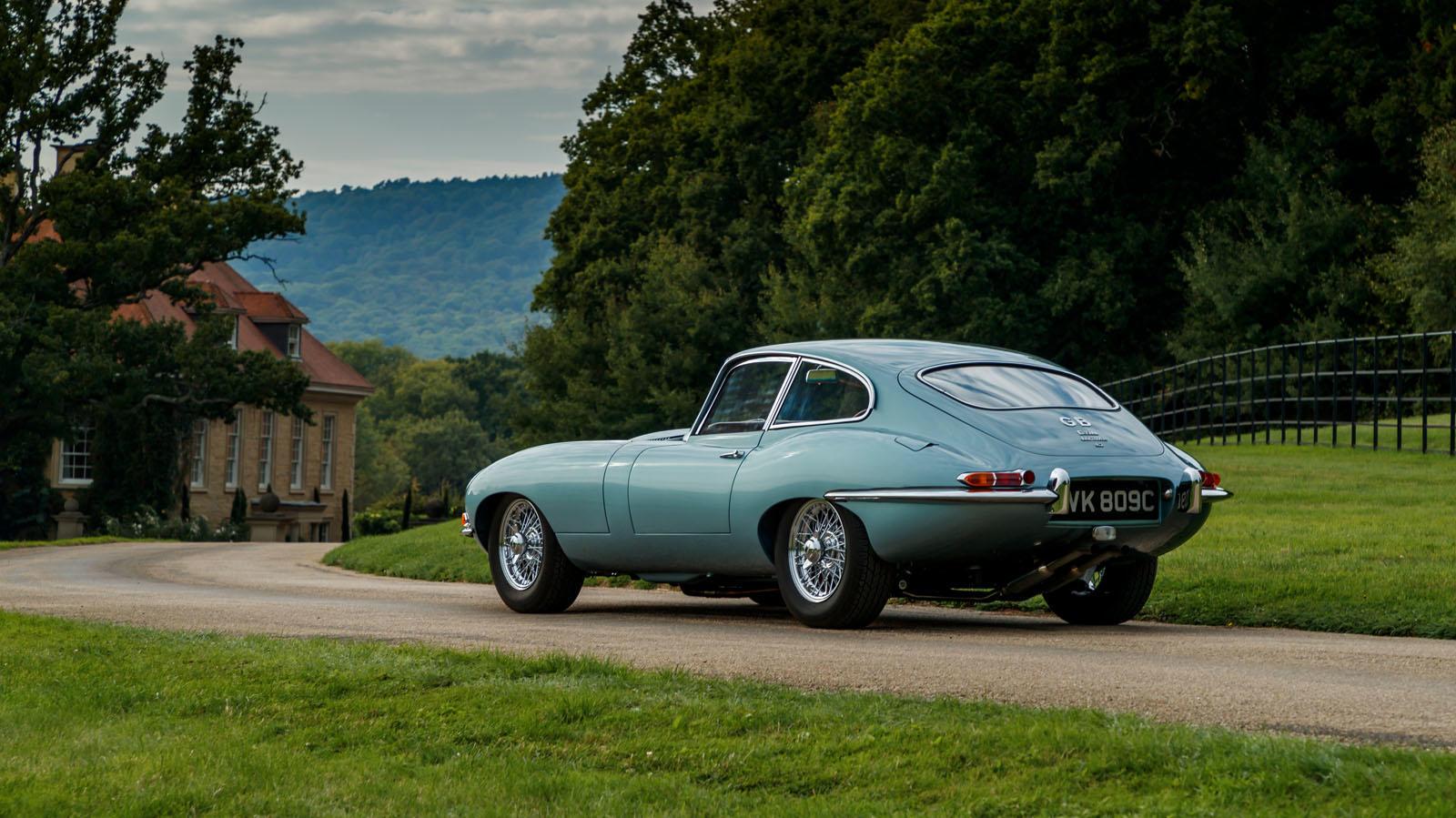 Konzept-Multi: Unter der langen Haube eine Rohrrahmen-Konstruktion, dahinter ein Monocoque, dazu eine aufwändige Hinterachs-Konstruktion, an der Jaguar bis 2004 nur Detailverbesserungen vornimmt.