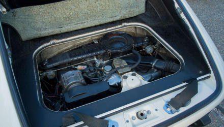 Schmierstoff-Vorkommen bloß 2,5 Liter  – auch deshalb gibt es im Cockpit ein Instrument für die Öltemperatur. Der rechte Gepäckspann- gurt verdeckt die Abdeckklappe für den Messstab.