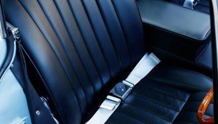 Als Beckengurte und 269 PS noch keinen Widerspruch darstellten.  Die Sitzchen sind übrigens nichts für breitgewachsene Hinterteile –  wer sich einen E-Type anlachen will, sollte eventuell erst abnehmen.