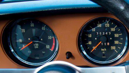 Die VDO-Instrumente ziert ein dekorativer Chromring, sportwagen-typisch wird auch Auskunft über die Motordrehzahl erteilt.