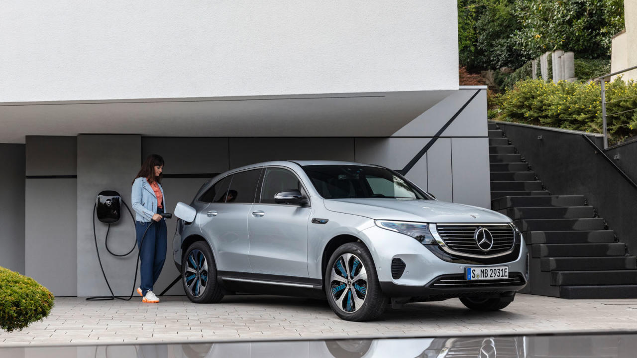 Ein wenig glatt und bieder wirkt der Mercedes EQC, der frühestens ab Mitte kommenden Jahres erhältlich sein wird. Der in der oberen Mittelklasse angesiedelte Elektro-SUV trumpft mit üppiger Leistung, Allradantrieb und einer Praxis-Reichweite von etwa 400 Kilometern auf Mercedes-Benz EQC 400 4MATIC, (BR N293) / hightech silver / Interior: Electric Art / The new Mercedes-Benz EQC - the first Mercedes-Benz under the product and technology brand EQ. With its seamless, clear design, the EQC is a pioneer for an avant-garde electric look with trailblazing design details and colour highlights typical of the brand both inside and out. / Quick-charging in the home: With the new-generation Mercedes-Benz Wallbox, the EQC can be charged up to three times faster in the home than from a domestic power socket.;combined power consumption: 22.2 kWh/100 km; combined CO2 emissions: 0 g/km*, provisional figures