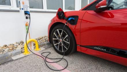 Die große Jaguar-Batterie bietet Reichweiten-Vorteile, will aber länger aufgeladen werden.