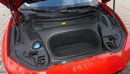 Praktisch:  Zusatz-Kofferabteil im Vorderwagen, etwa für die Ladekabel.