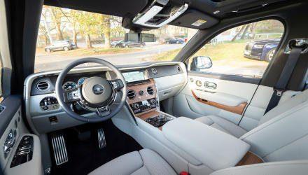 Gibt Ruhe: Im Cockpit des Cullinan herrscht stille Unaufdringlichkeit, gestaltet mit höchster Hand- werkskunst. Die Geräusche der Welt – auch,  die des großen SUV selbst – bleiben draußen.