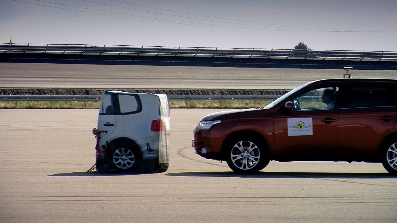 Aktive Unfallvermeidungs-Systeme fließen immer stärker in die Euro NCAP-Bewertung ein. Das erste ge- testete war ESP, das zweite der Notbrems-Assistent (im Bild). Heute werden sämtliche Assistenten geprüft.