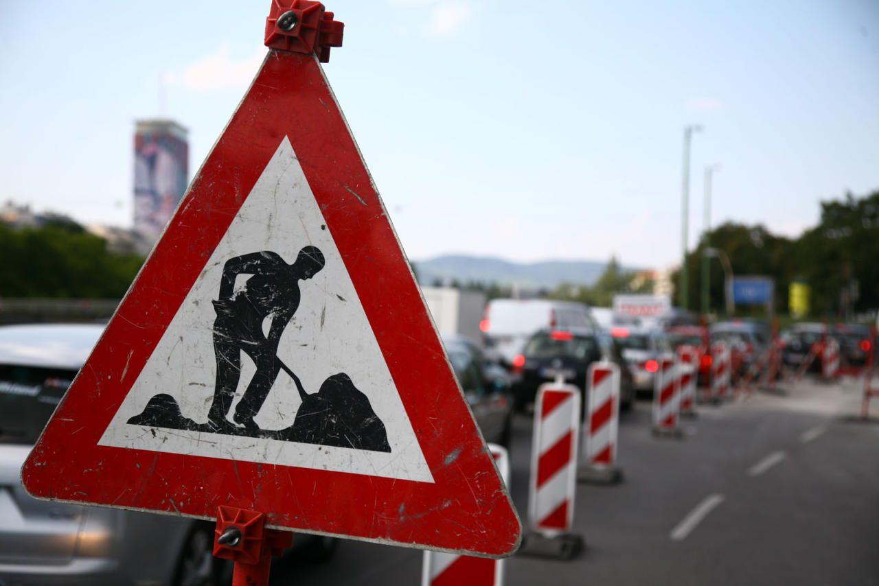 Auch in Baustellen gilt: Ohne Spurwechsel ist es kein Überholen, sondern man fährt nur an anderen Verkehrsteilnehmern vorbei.