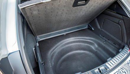 Der Kofferraum- boden mit Wendefunktion und ab- waschbarer Oberfläche.