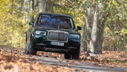 Endlich ein SUV für die oberen Eintausend: Der Rolls-Royce Cullinan lässt keine Wünsche offen – und wenn doch, werden sie natürlich gerne als Extra erfüllt. Wie passend sich das markante Box-Design tatsächlich auch auf einen Hochsitz übertragen hat lassen, darf als gelungene Überraschung gelten.