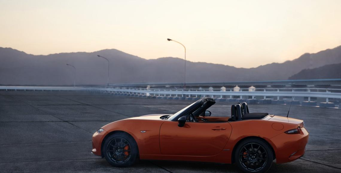 MAZ1901_2019_MX-5_ROADSTER_SOFTTOP_19CY_30th_SV_US_LHD_C01_EXT_SIDE_39L_LHD_hires