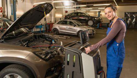 Automechanikerin beim Bremsflüssigkeits-Test