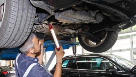 Autowerkstatt: Blick unter das Fahrzeug