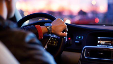 Autofahrt Cockpit Abendstimmung