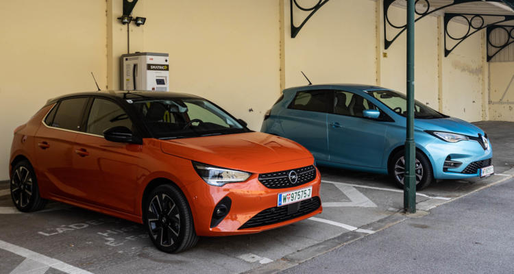 Elektroautos Opel Corsa-e und Renault ZOE an Ladesäule