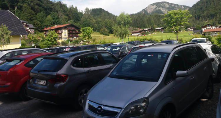 Hotelparkplatz voll mit Autos